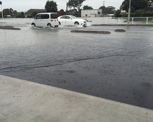 台風の影響で道路が冠水